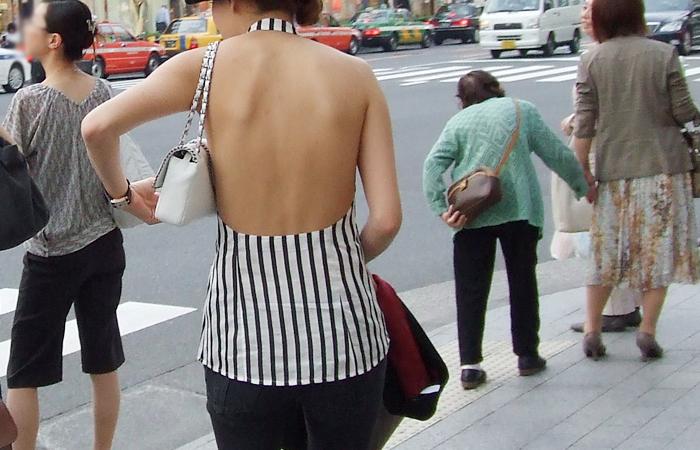 【私服エロ画像】背中出しは既に常識w夏場は露出を自重しないギャル私服www 001