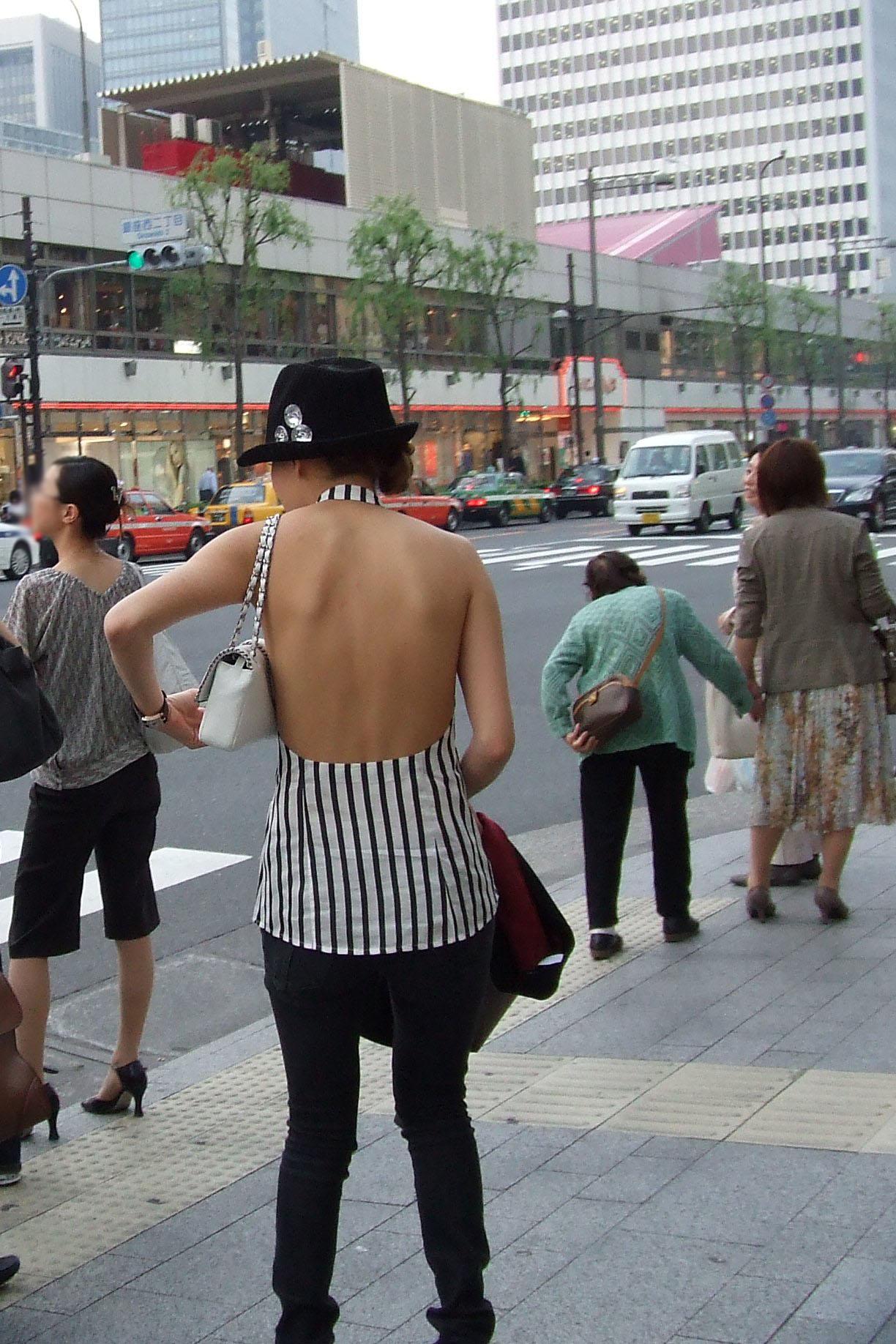 【私服エロ画像】背中出しは既に常識w夏場は露出を自重しないギャル私服www 01