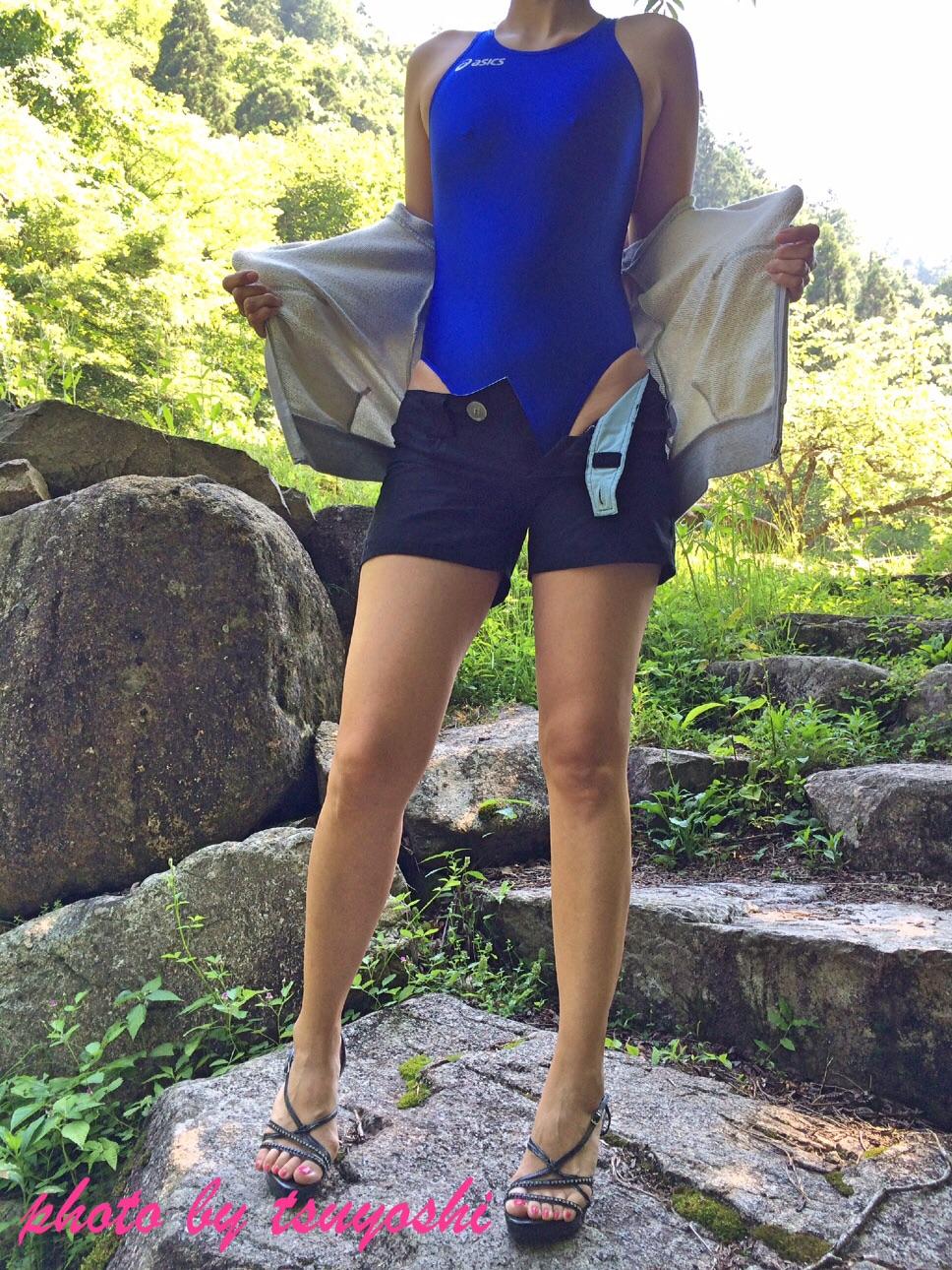 【競泳水着エロ画像】豊満なほどに腋からハミ出す柔肉!ポチも出ている競泳水着おっぱいwww 07