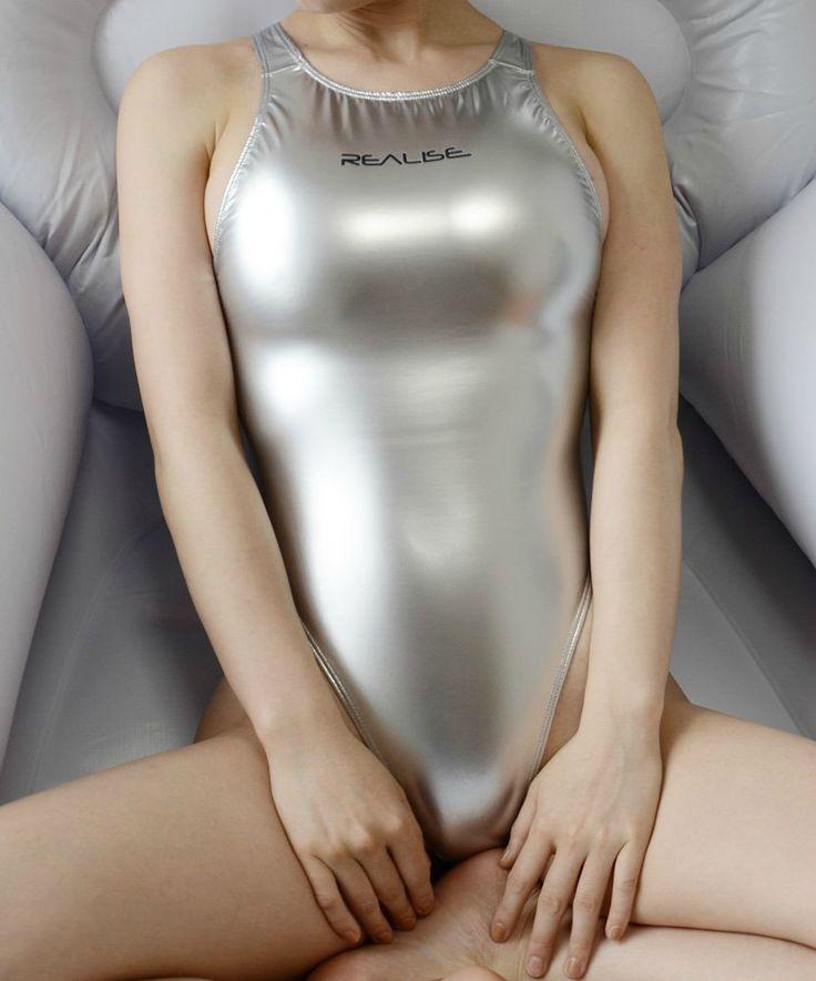 【競泳水着エロ画像】豊満なほどに腋からハミ出す柔肉!ポチも出ている競泳水着おっぱいwww 16