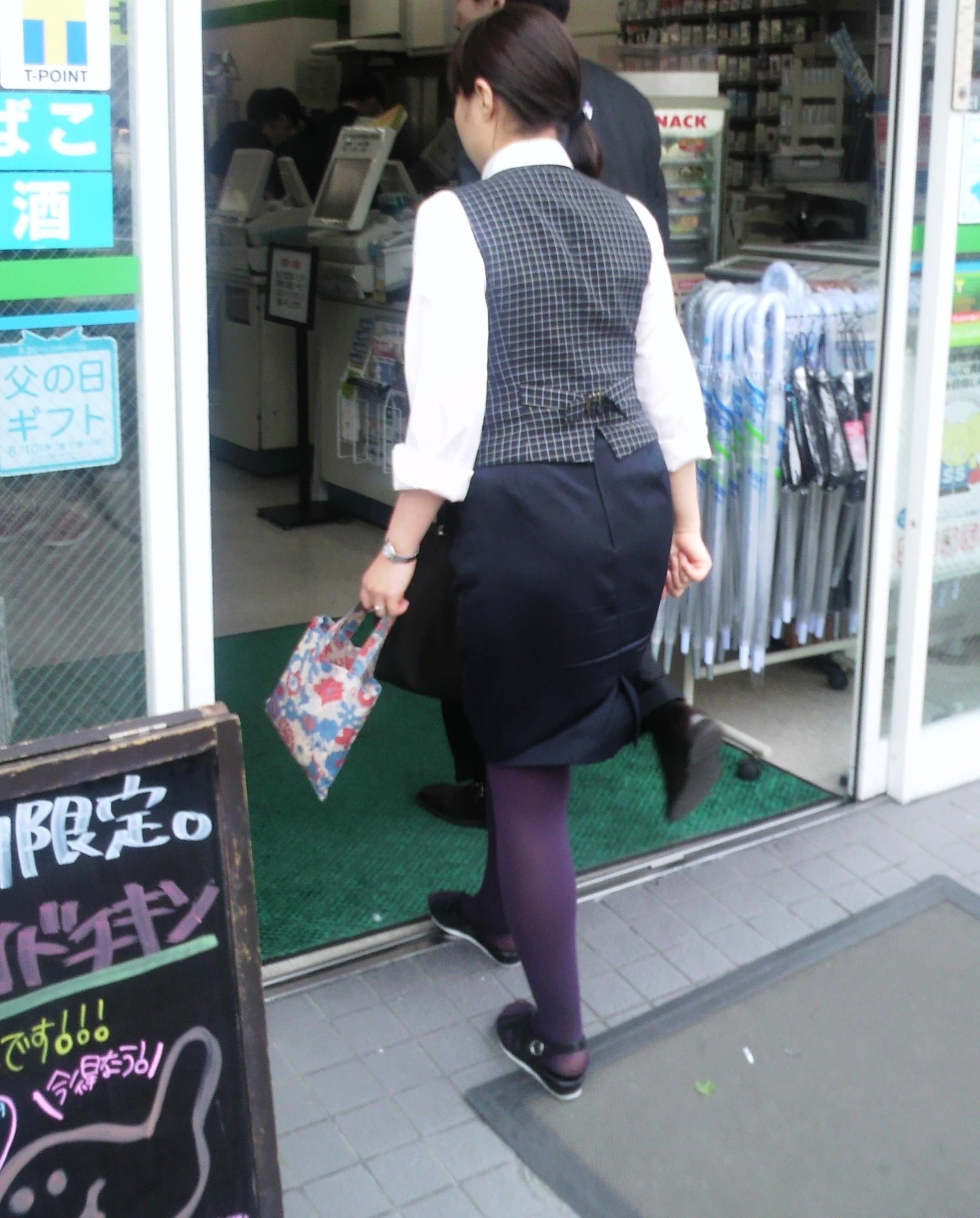 【OLエロ画像】触れたらきっと柔らかw街で見かけるOLさんの丸くて大きいタイト尻www 13