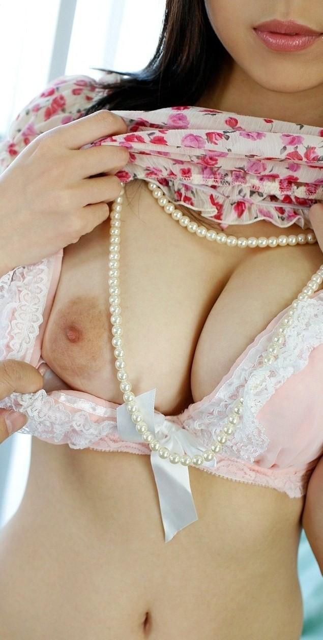 【脱衣エロ画像】真っ先に乳首見たいから…焦らしに耐えかねておっぱい脱がせた図www 20