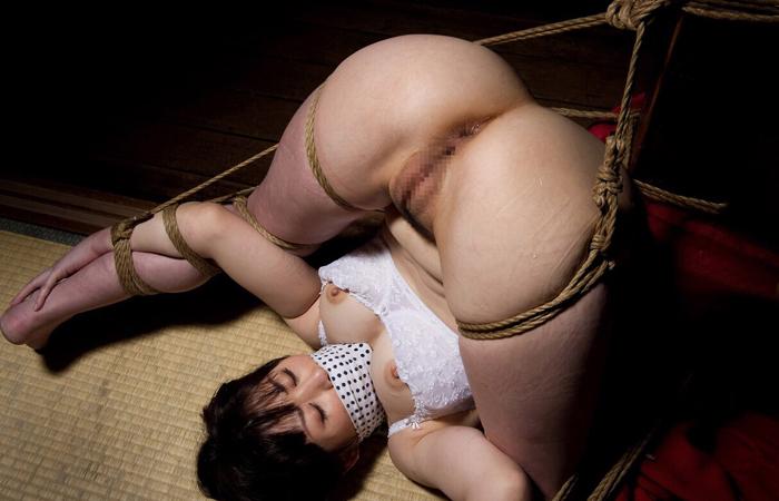 【SMエロ画像】軽くでもいいから放置は勘弁w恥ずかしい格好で緊縛されたM女www 001
