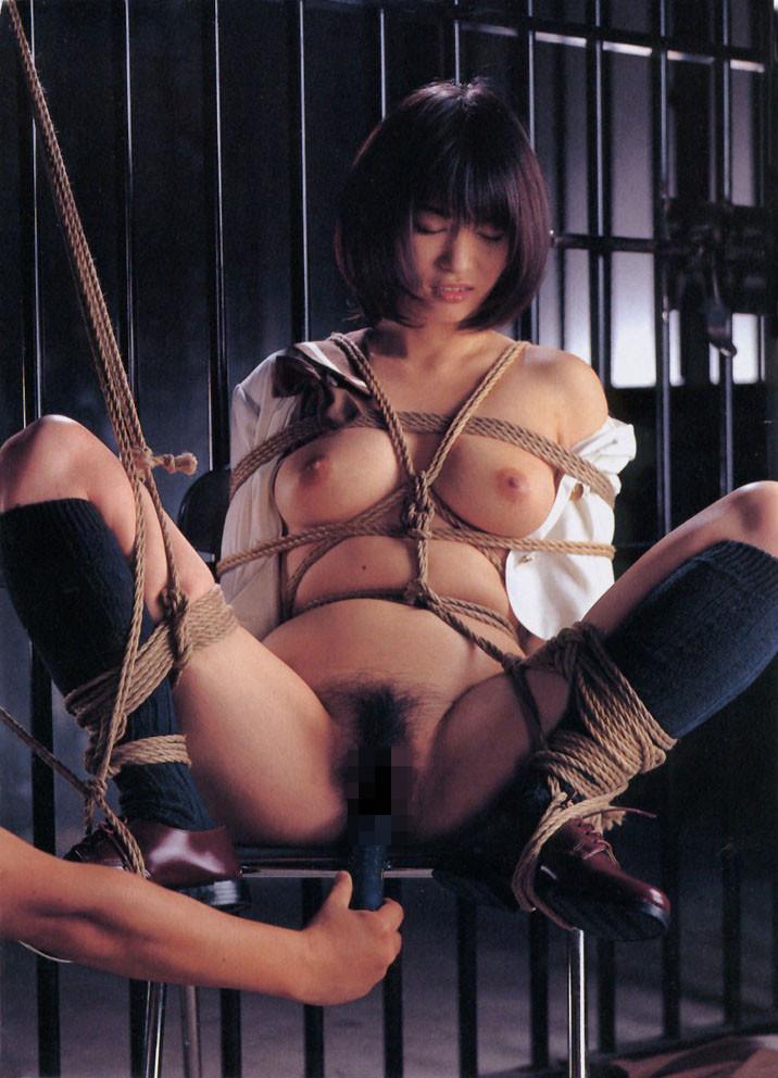 【SMエロ画像】軽くでもいいから放置は勘弁w恥ずかしい格好で緊縛されたM女www 05