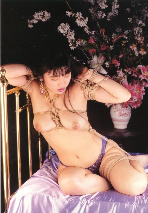 【SMエロ画像】軽くでもいいから放置は勘弁w恥ずかしい格好で緊縛されたM女www 14