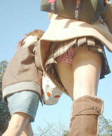 【パンチラエロ画像】角度が合わない日は接写!限界まで迫るミニスカパンチラwww 14