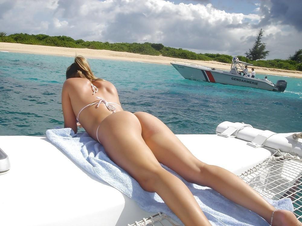 【水着エロ画像】歩き揺れは見に行く価値アリ!ハミ肉食い込みたまらんビーチのビキニ尻www 06