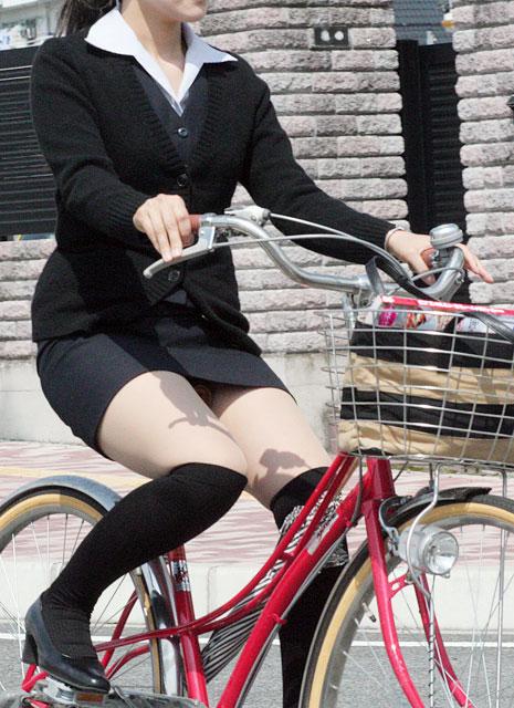 【美脚エロ画像】パンチラ狙いだけじゃない!美脚にも目を向けるべきチャリ娘www 01