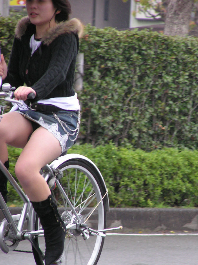 【美脚エロ画像】パンチラ狙いだけじゃない!美脚にも目を向けるべきチャリ娘www 10