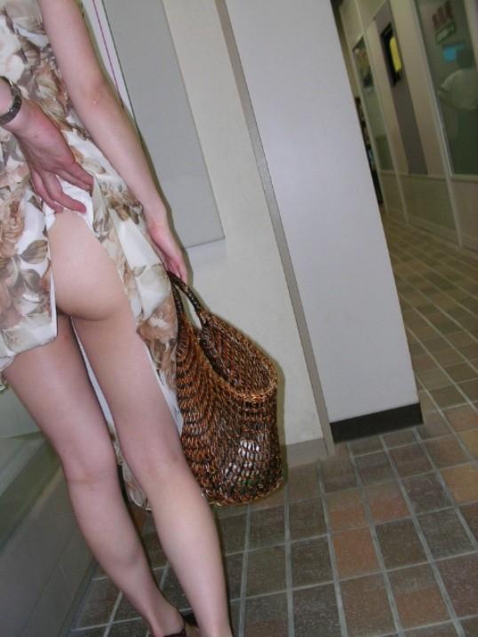 【イタズラエロ画像】車内痴漢よりも屈辱!道端で服と下着を捲られて赤っ恥www 06