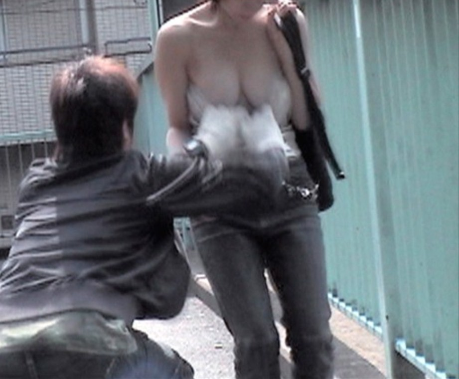 【イタズラエロ画像】車内痴漢よりも屈辱!道端で服と下着を捲られて赤っ恥www 08