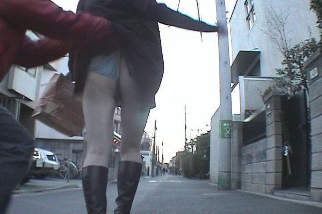 【イタズラエロ画像】車内痴漢よりも屈辱!道端で服と下着を捲られて赤っ恥www 09