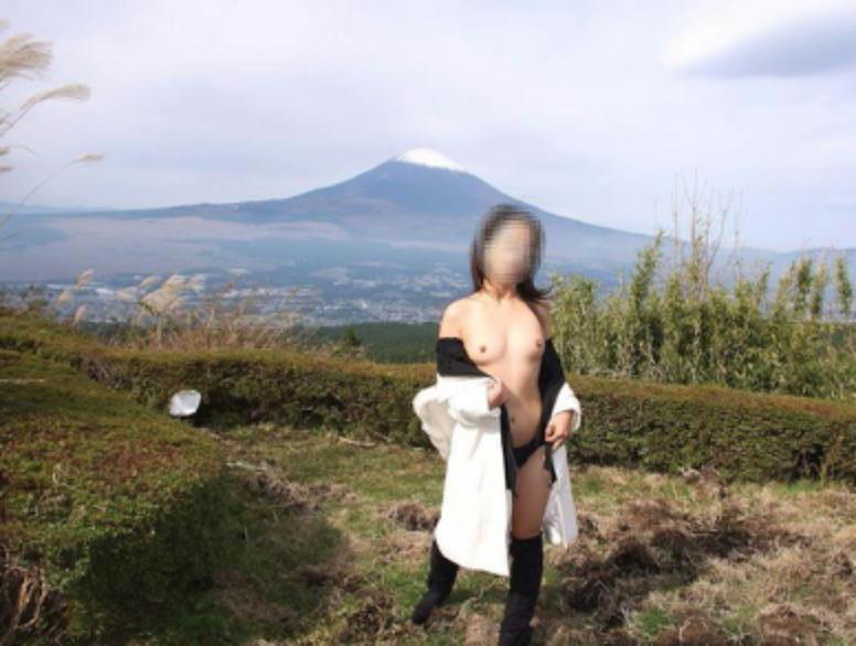 【露出エロ画像】ついでに焼いている人もいるらしいw性欲も満たせてお得な野外露出www 16