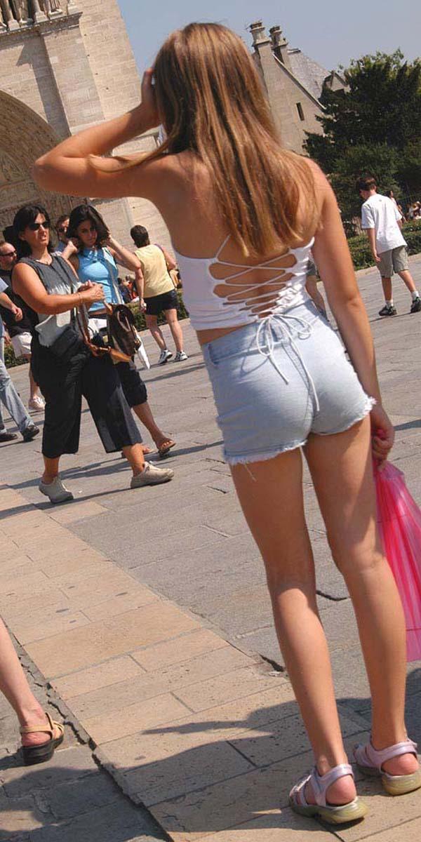【私服エロ画像】涼しげかつ大胆!タッチぐらいは許して欲しい綺麗な背中丸出しの女www 01