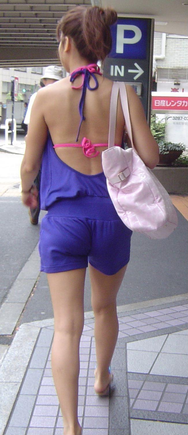 【私服エロ画像】涼しげかつ大胆!タッチぐらいは許して欲しい綺麗な背中丸出しの女www 05