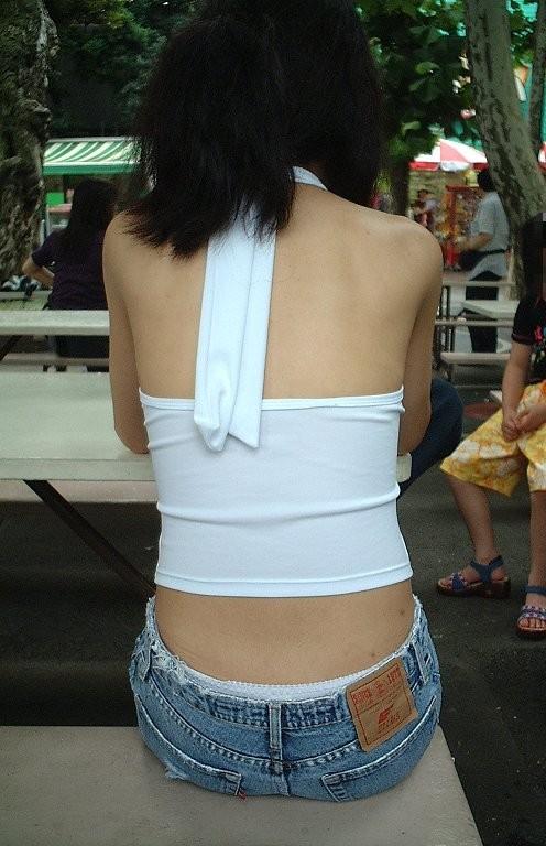 【私服エロ画像】涼しげかつ大胆!タッチぐらいは許して欲しい綺麗な背中丸出しの女www 07