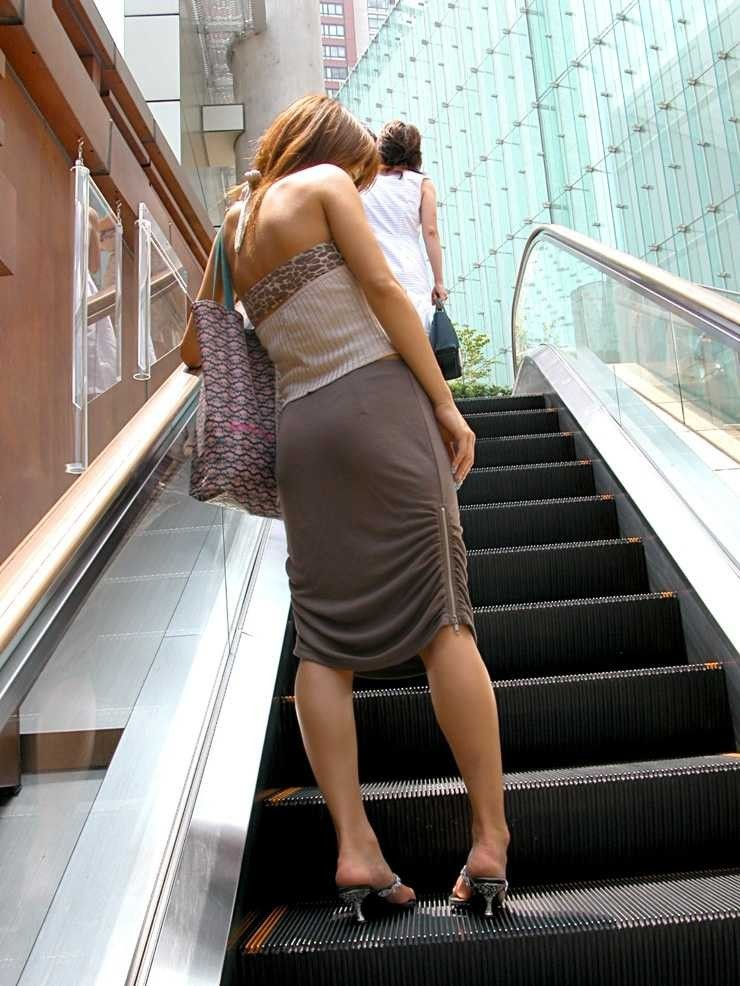 【私服エロ画像】涼しげかつ大胆!タッチぐらいは許して欲しい綺麗な背中丸出しの女www 10