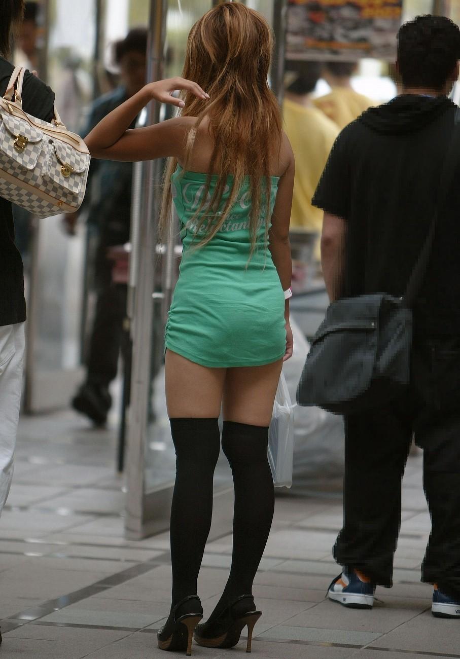 【私服エロ画像】涼しげかつ大胆!タッチぐらいは許して欲しい綺麗な背中丸出しの女www 13