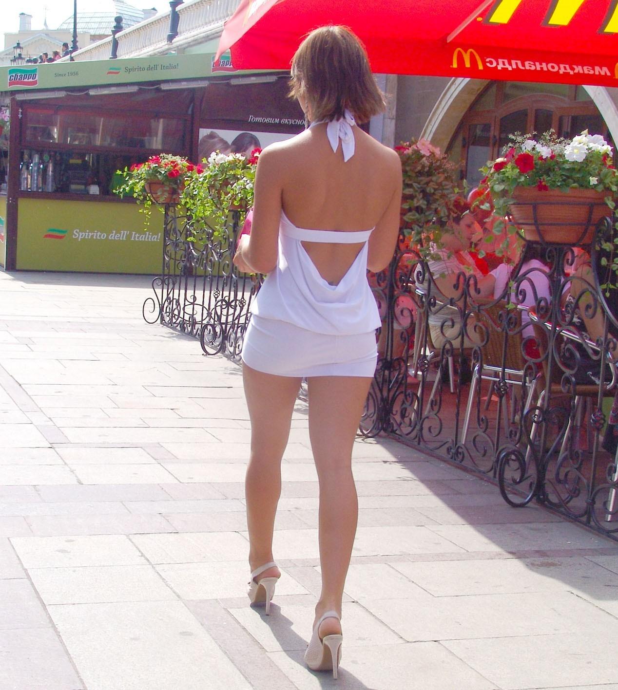 【私服エロ画像】涼しげかつ大胆!タッチぐらいは許して欲しい綺麗な背中丸出しの女www 14