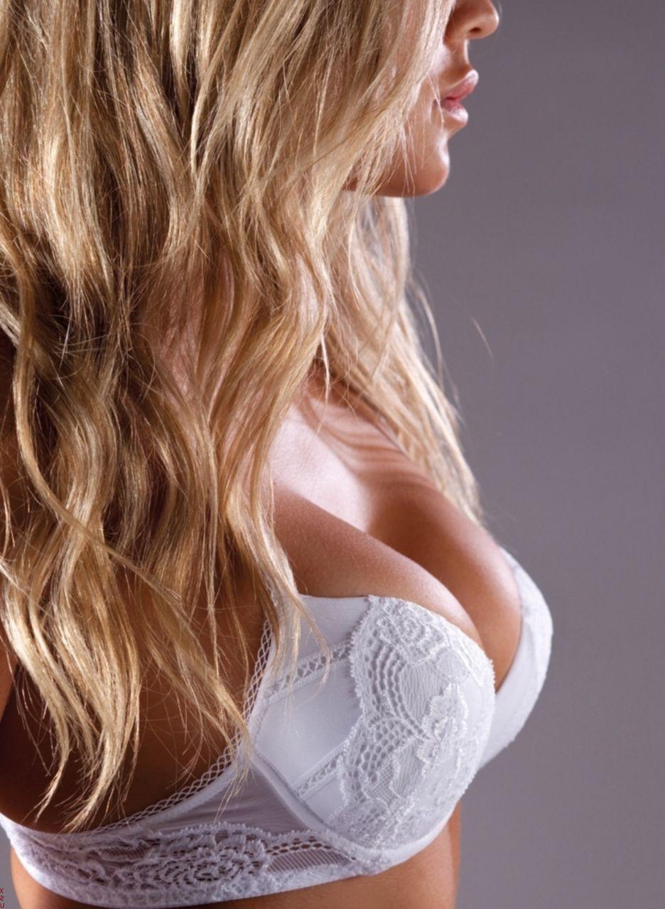 【下着エロ画像】清楚効果で際立つ膨らみw純白ブラで淫らに魅せられた美乳の谷間www 01