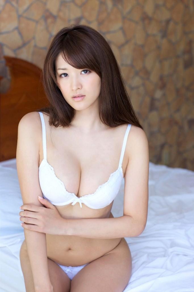 【下着エロ画像】清楚効果で際立つ膨らみw純白ブラで淫らに魅せられた美乳の谷間www 02