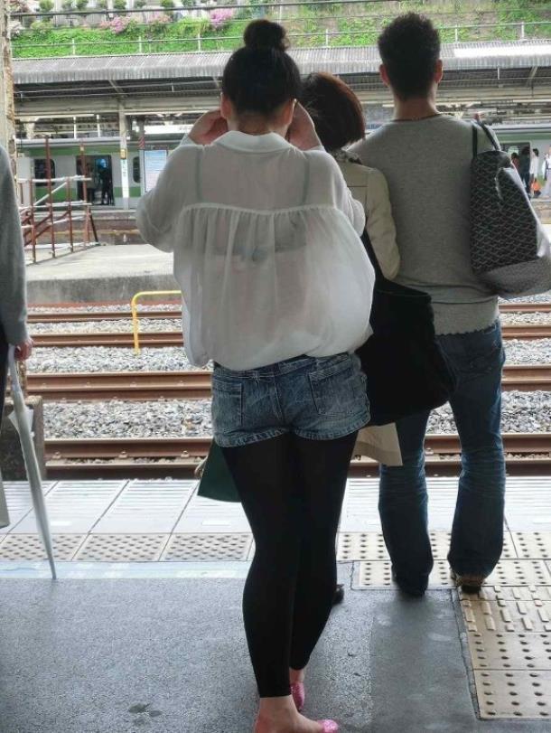 白シャツを着ている女性はブラが透けている事に気付いているのだろうか???