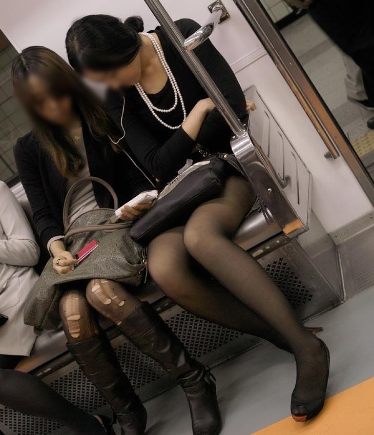 【裂けフェチエロ画像】伝線とかデニム破れとかw指摘したくなる服裂け女子www 02