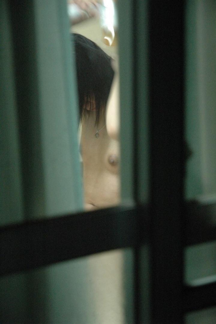 【民家覗きエロ画像】窓は開けちゃ…覗いたら見えてしまった住人たちの恥部www 14