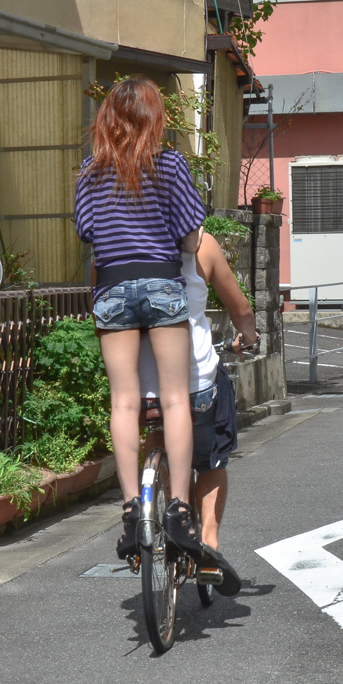 【ショーパンエロ画像】丸出しの脚と見えそうな尻にジュルリ…そそる街角ショーパンギャルwww 01