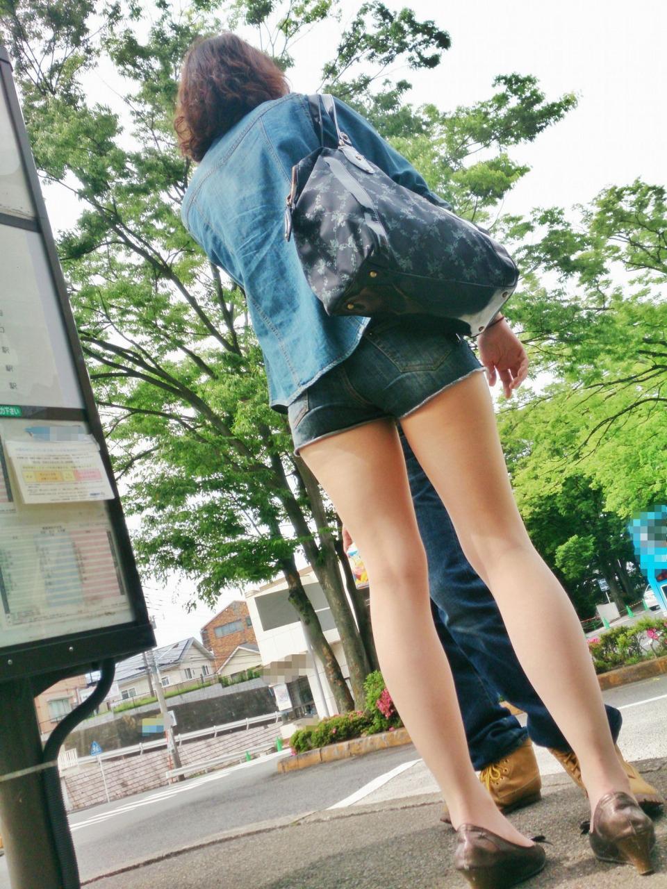 【ショーパンエロ画像】丸出しの脚と見えそうな尻にジュルリ…そそる街角ショーパンギャルwww 04