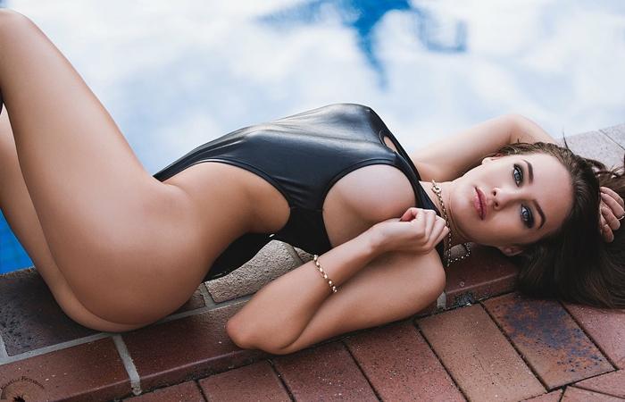 【海外エロ画像】豊穣ボディが窮屈そう…外人さんの決まり過ぎ競泳水着姿www 001