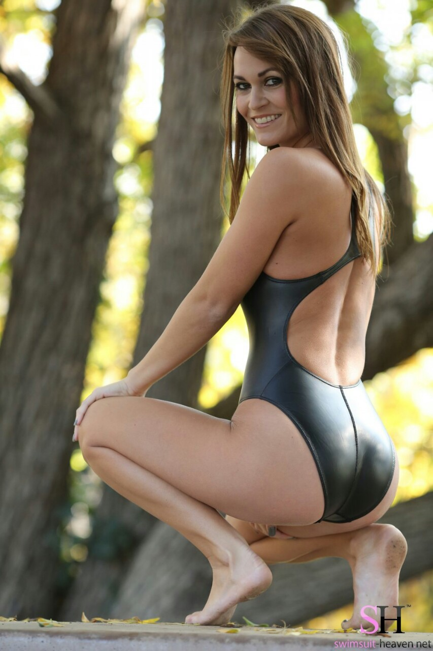 【海外エロ画像】豊穣ボディが窮屈そう…外人さんの決まり過ぎ競泳水着姿www 02