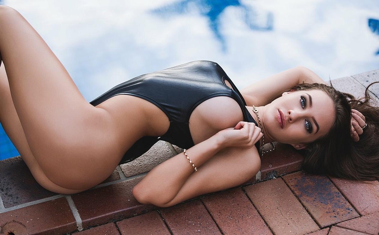 【海外エロ画像】豊穣ボディが窮屈そう…外人さんの決まり過ぎ競泳水着姿www 03