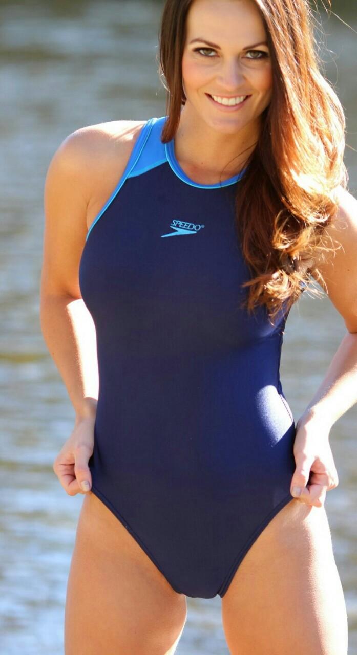 【海外エロ画像】豊穣ボディが窮屈そう…外人さんの決まり過ぎ競泳水着姿www 09