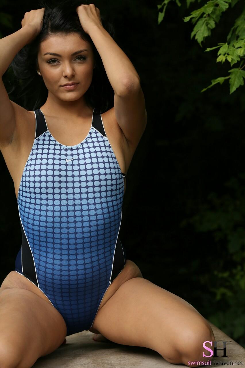 【海外エロ画像】豊穣ボディが窮屈そう…外人さんの決まり過ぎ競泳水着姿www 18