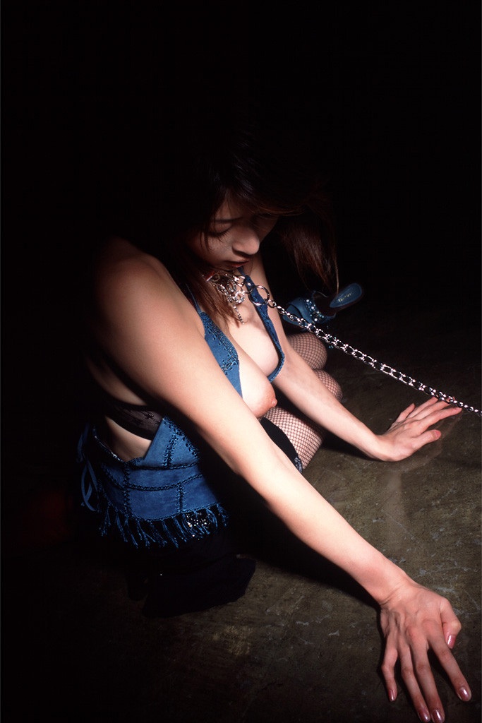 【SMエロ画像】後ろには引っ張らないで!首輪と鎖で調教中のM女www 06