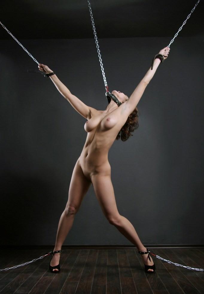 【SMエロ画像】後ろには引っ張らないで!首輪と鎖で調教中のM女www 20