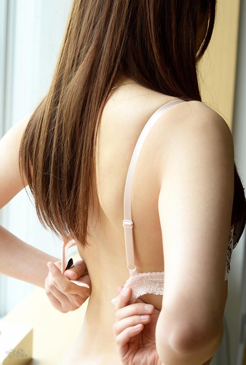【脱衣エロ画像】乳首まであと1秒!段取り崩して押し倒したくなるブラ脱ぎの瞬間www 05