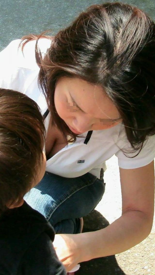 【ママチラエロ画像】やっぱりママさんは…我が子に夢中で無警戒に胸元丸見えwww 04