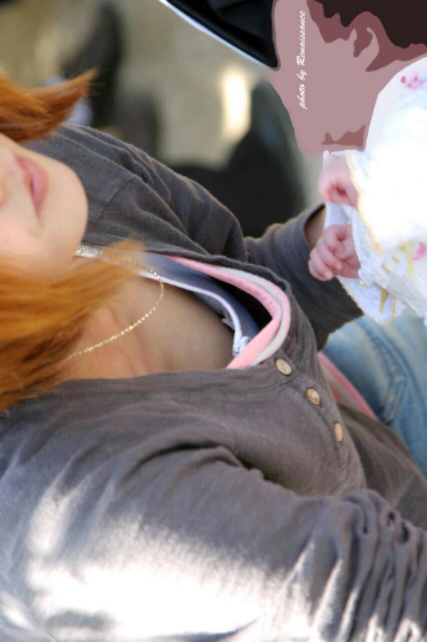 【ママチラエロ画像】やっぱりママさんは…我が子に夢中で無警戒に胸元丸見えwww 07