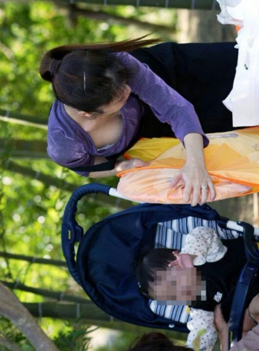 【ママチラエロ画像】やっぱりママさんは…我が子に夢中で無警戒に胸元丸見えwww 10