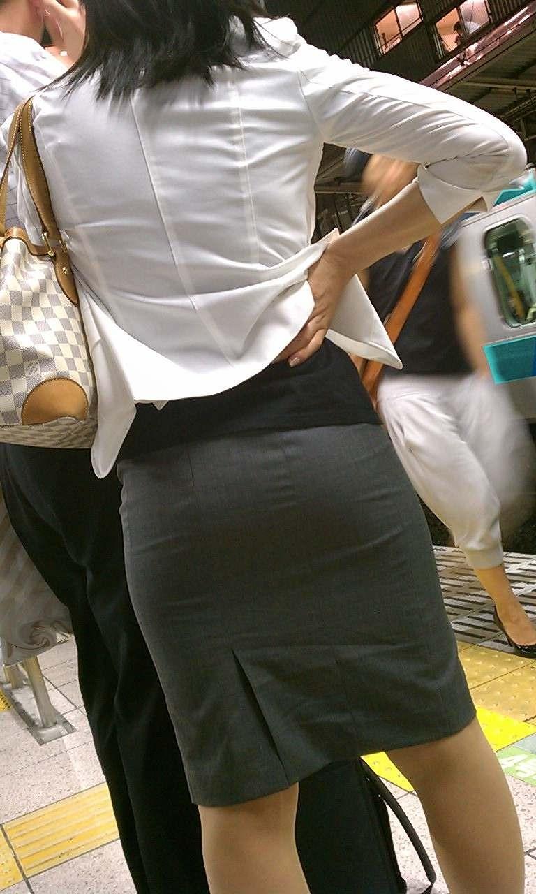 【着衣尻エロ画像】タイト最高!お尻の大きさ形が丸判りになる正装だなんてwww 01