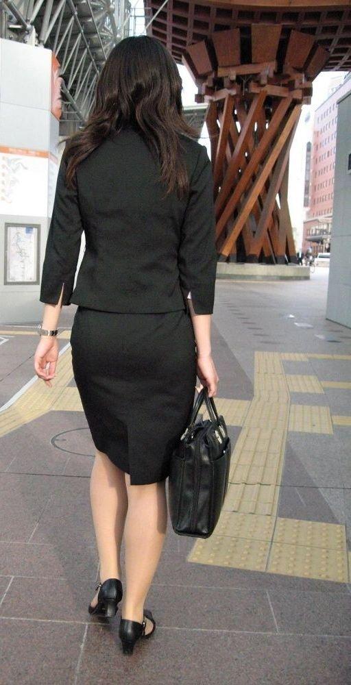 【着衣尻エロ画像】タイト最高!お尻の大きさ形が丸判りになる正装だなんてwww 04