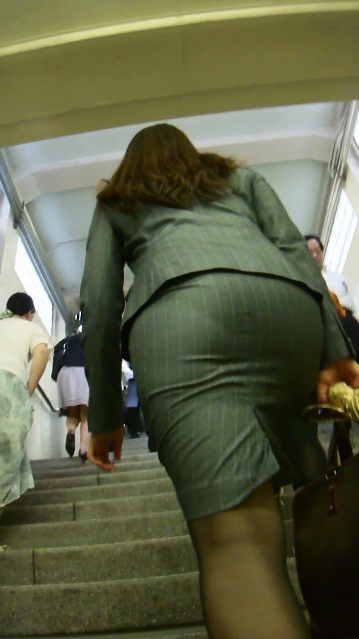 【着衣尻エロ画像】タイト最高!お尻の大きさ形が丸判りになる正装だなんてwww 06