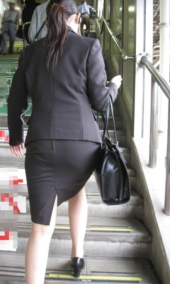 【着衣尻エロ画像】タイト最高!お尻の大きさ形が丸判りになる正装だなんてwww 12