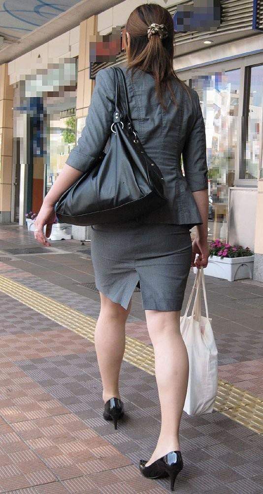 【着衣尻エロ画像】タイト最高!お尻の大きさ形が丸判りになる正装だなんてwww 13