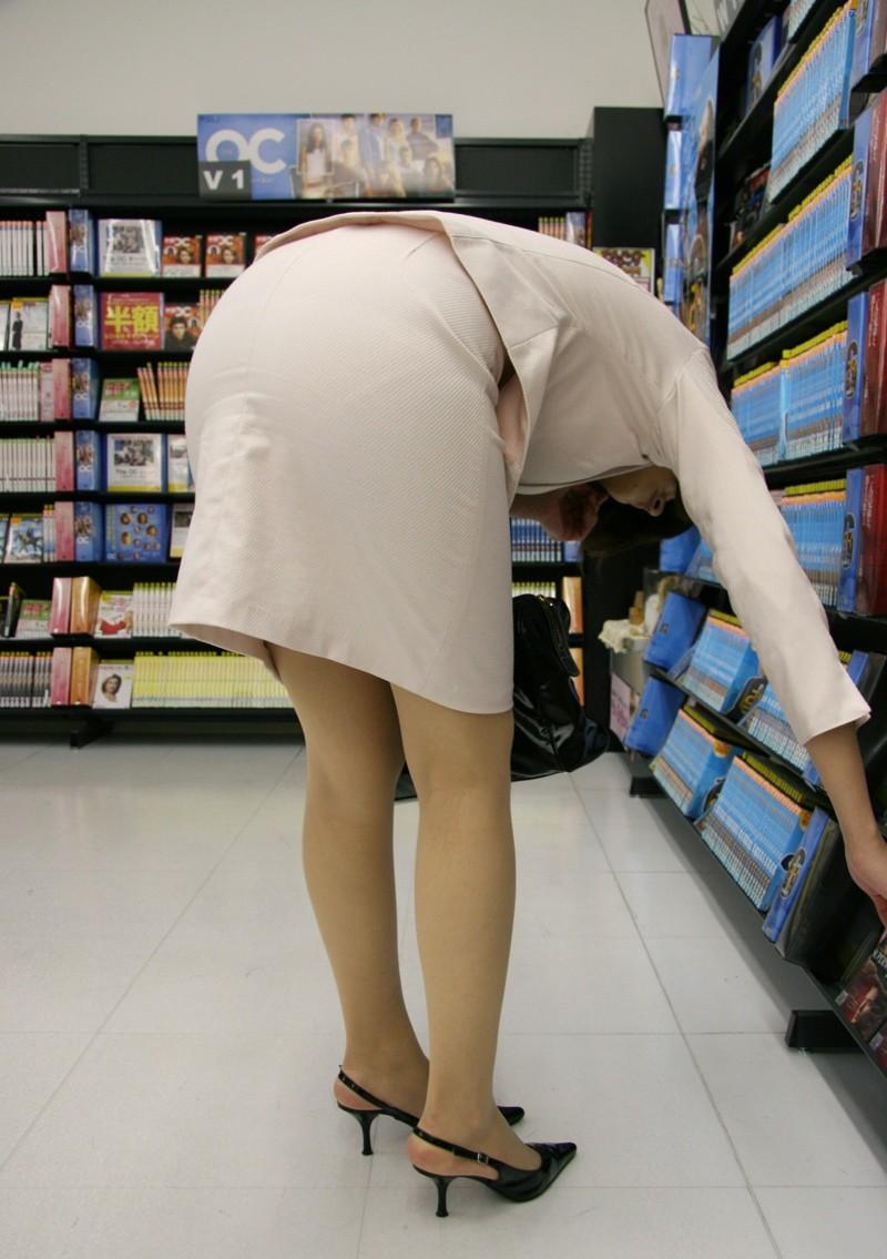 【着衣尻エロ画像】タイト最高!お尻の大きさ形が丸判りになる正装だなんてwww 17