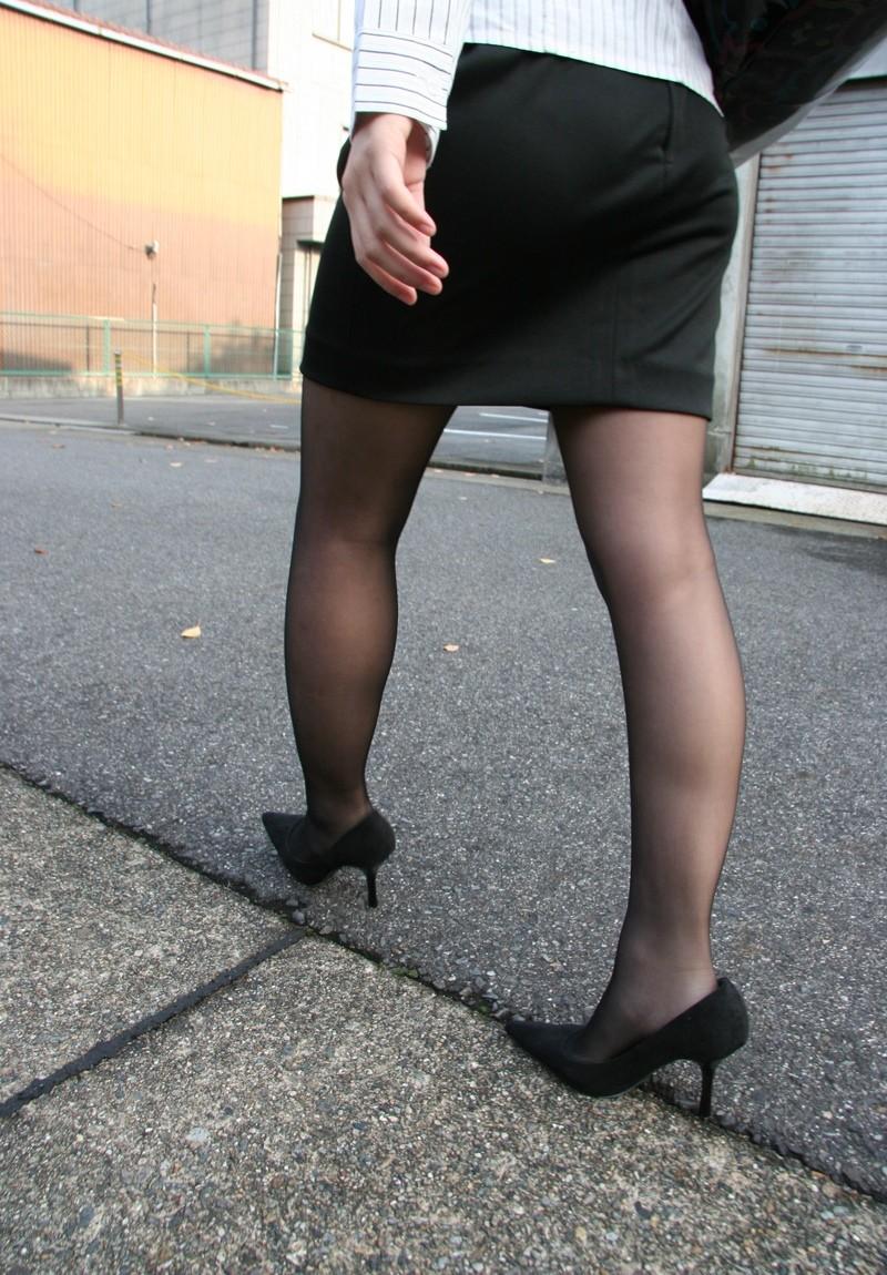 【着衣尻エロ画像】タイト最高!お尻の大きさ形が丸判りになる正装だなんてwww 18