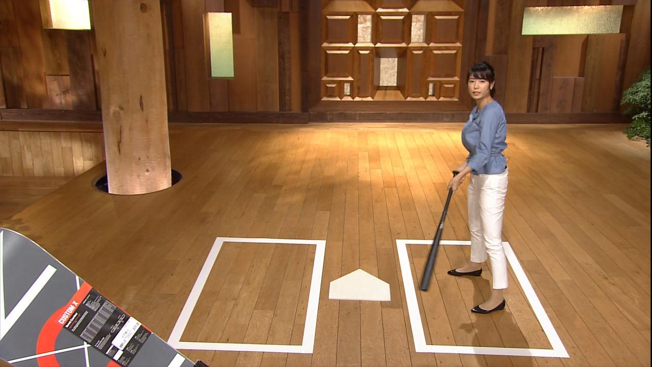 青山愛アナがパッツパツな下半身でバットスイング