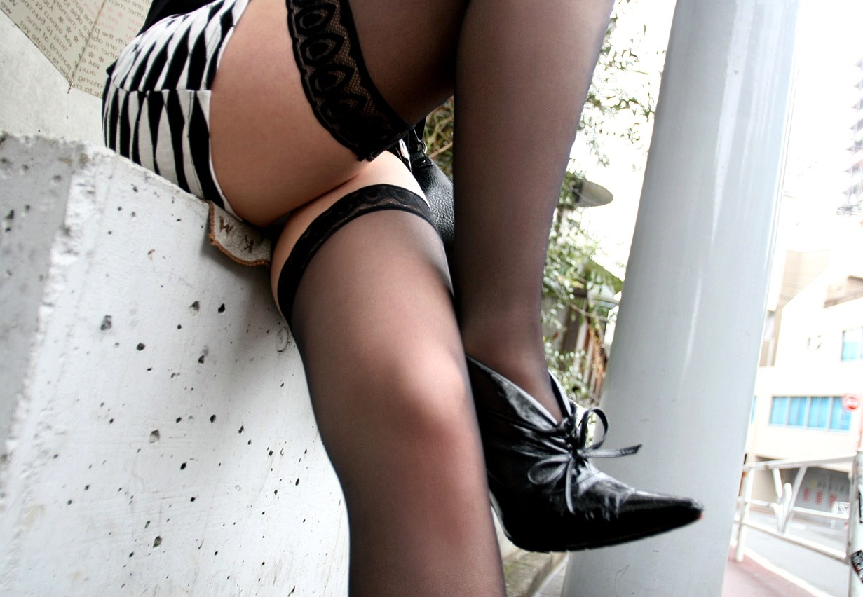 【美脚エロ画像】履いてる人は今夜ヤる気?ニーハイストッキング美脚は欲しいのサインwww 09